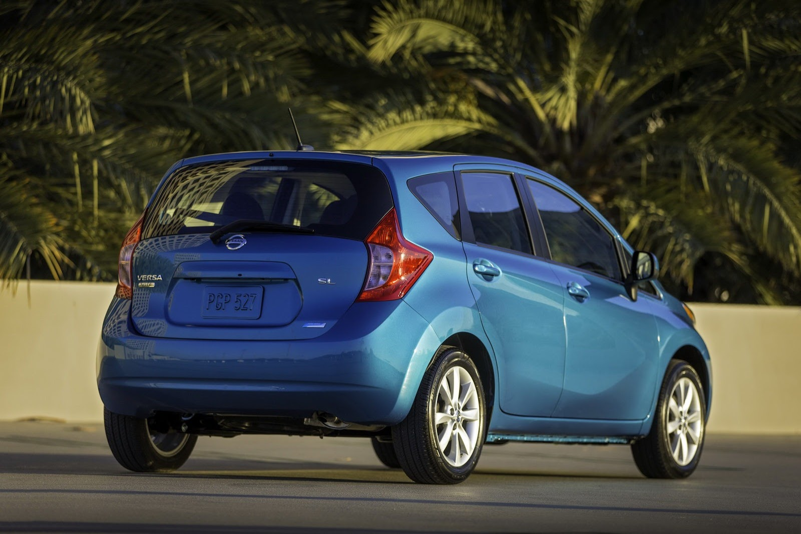 new 2014 nissan versa note hatchback photos and details video autotribute. Black Bedroom Furniture Sets. Home Design Ideas
