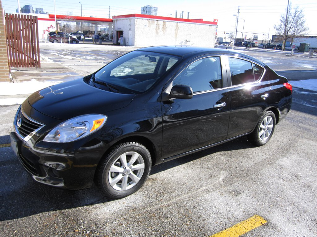 review 2012 nissan versa sl sedan the big small car. Black Bedroom Furniture Sets. Home Design Ideas