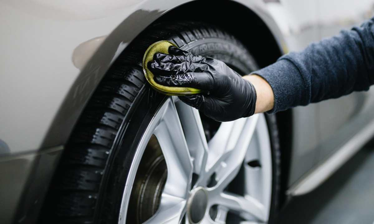 Best tire shine - Hand applying tire dressing with application pad